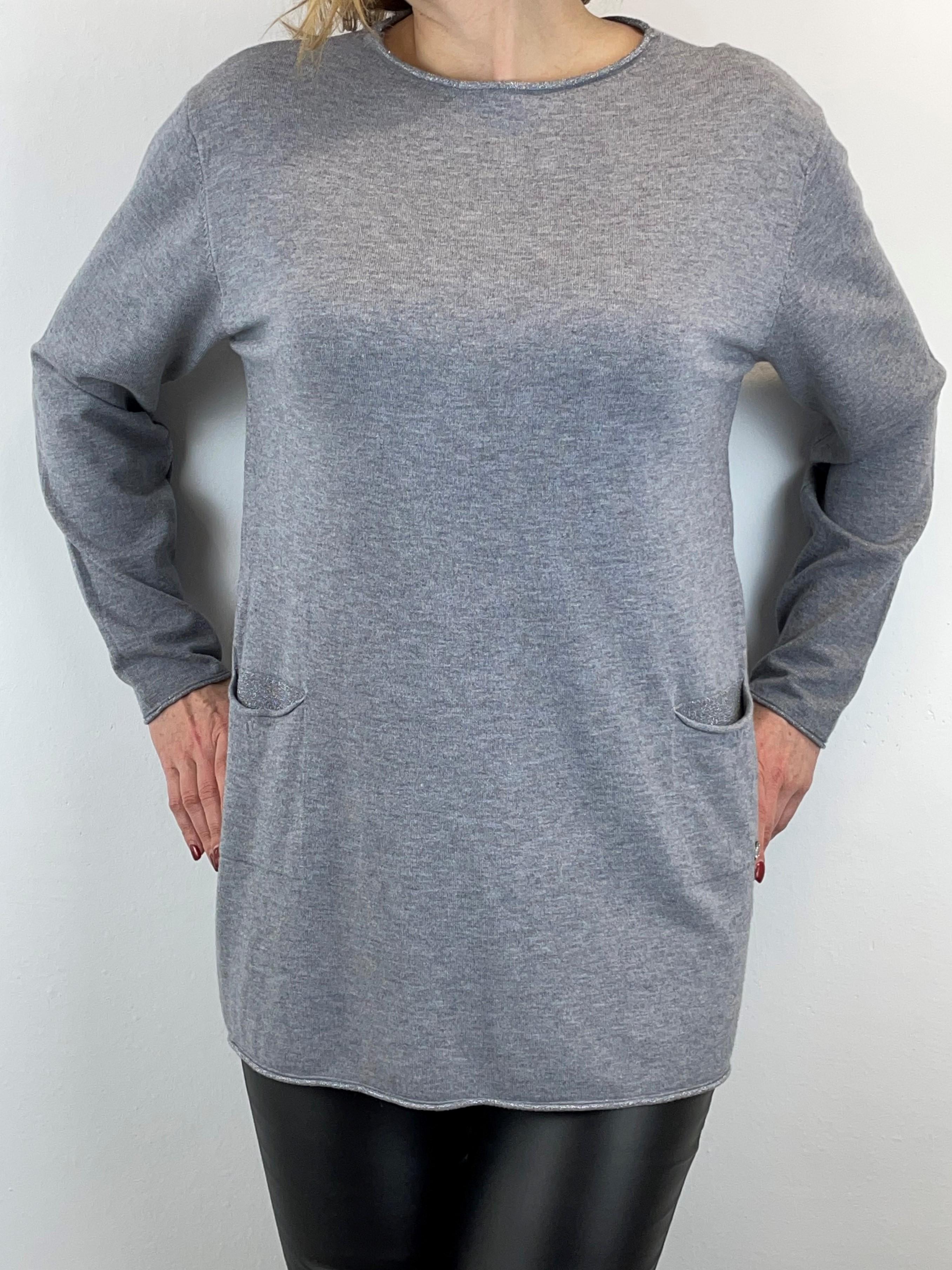 Grauer Pullover mit Knöpfe am Rückenteil